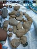 茶色の石を