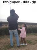 子供の凧を奪う