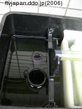 排水口にホースを積める、手前の排水口はフェイルセーフ用